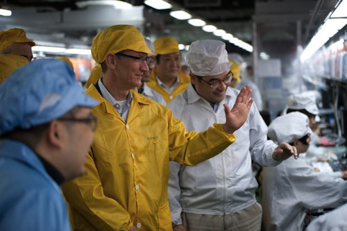 Tim Cook visita lo stabilimento di produzione Foxconn in Cina